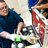 Prótesis ofrece control mental en tiempo real de mano robótica